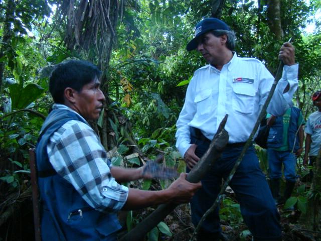 Cuenca del Pastaza. Monitor Ambiental de la Federación Indígena Quechua del Pastaza - FEDIQUEP frente al Ministro del Ambiente en un punto de contaminación en el interior del bosque. Abril, 2013.