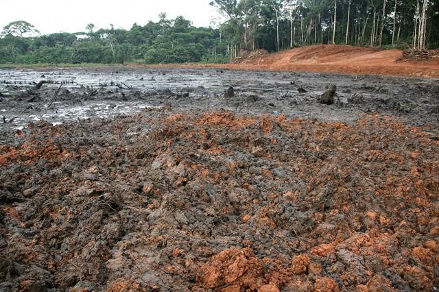 Cuenca del Pastaza. Restos de lo que fue la gran laguna Ushpayacu. Para remediar la contaminación en el lago, Pluspetrol realiza un trabajo de remoción de tierras.¿Efectivo? ¿Soluciona el problema? Fotografía de 2007.
