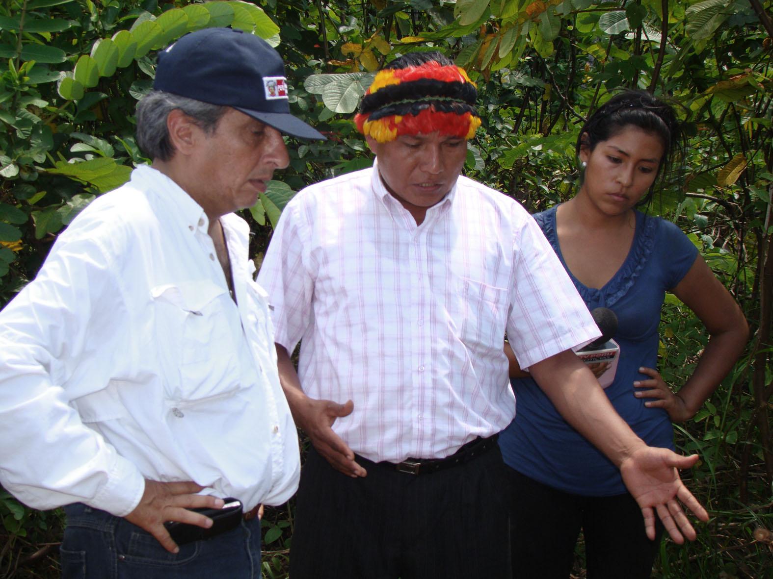 Cuenca del Corrientes. Ministro del Ambienta, Manuel Pulgar-Vidal escucha a Anrés Sandi, presidente de la FECONACO, quien el muestra los hallazgos de contaminación. Año 2013.