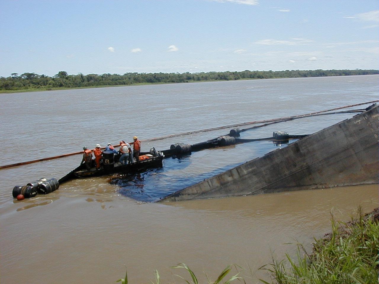 Cuenca el Marañón. Parte de la barcaza hundida el año 2000, lo que originó un derrame de 5000 barriles de petróleo, responsabilidad de Pluspetrol.