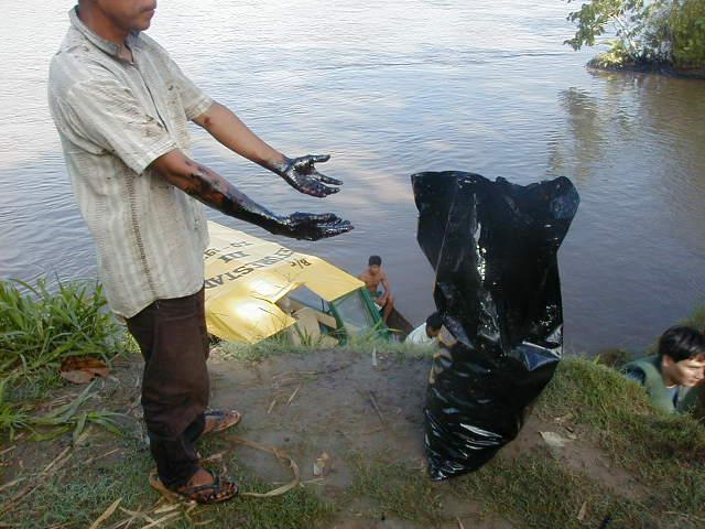 Cuenca el Marañón.Trabajos de remediación por pobladores, sin protecciones correspondientes, del derrame de 5000 barriles de petróleo en el 2000, responsabilidad de Pluspetrol.