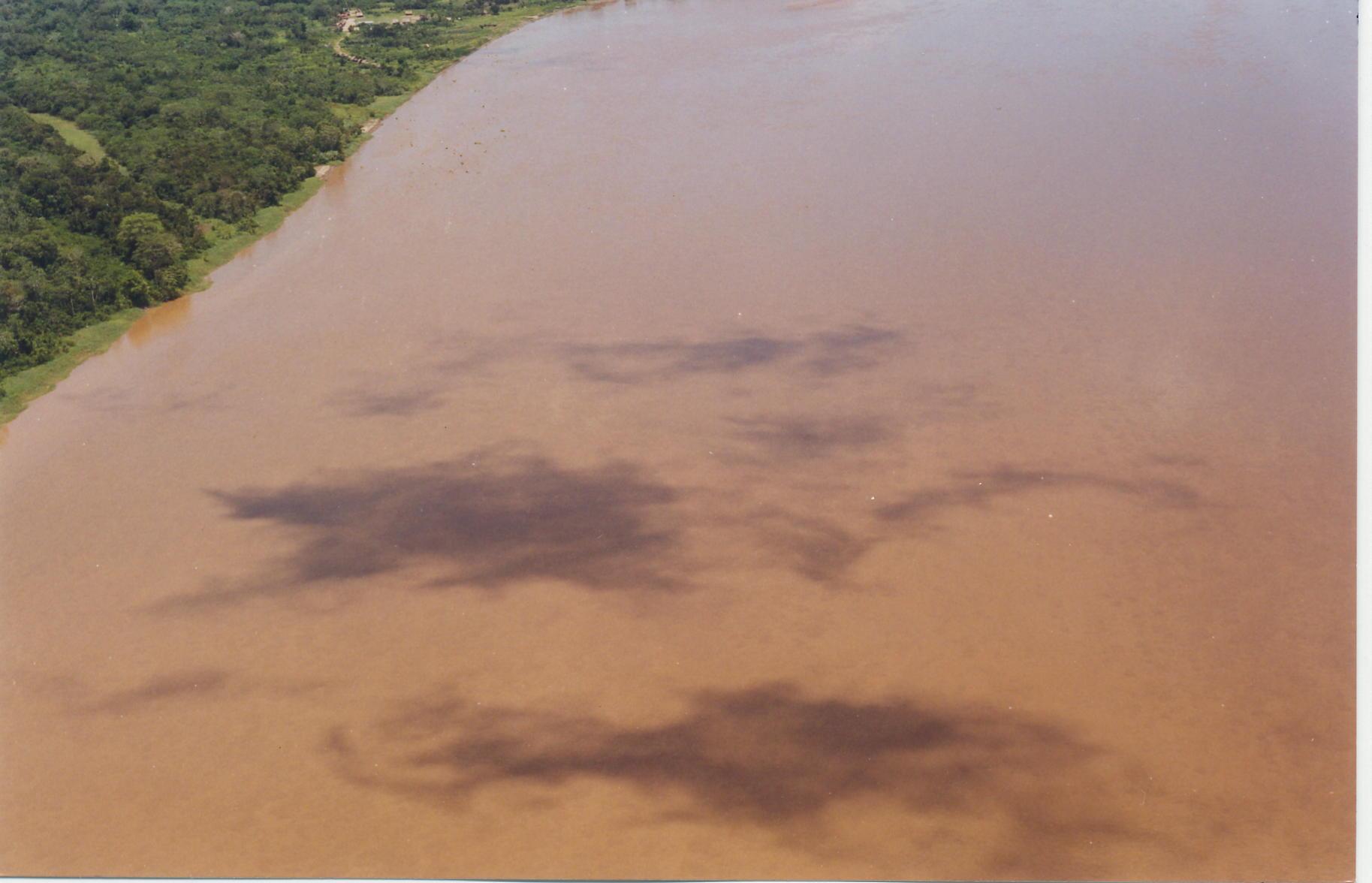 Cuenca el Marañón. Vista aérea del derrame el 2000, lo que originó un derrame de 5000 barriles de petróleo, responsabilidad de Pluspetrol. La gran mancha negra avanzó por el río.