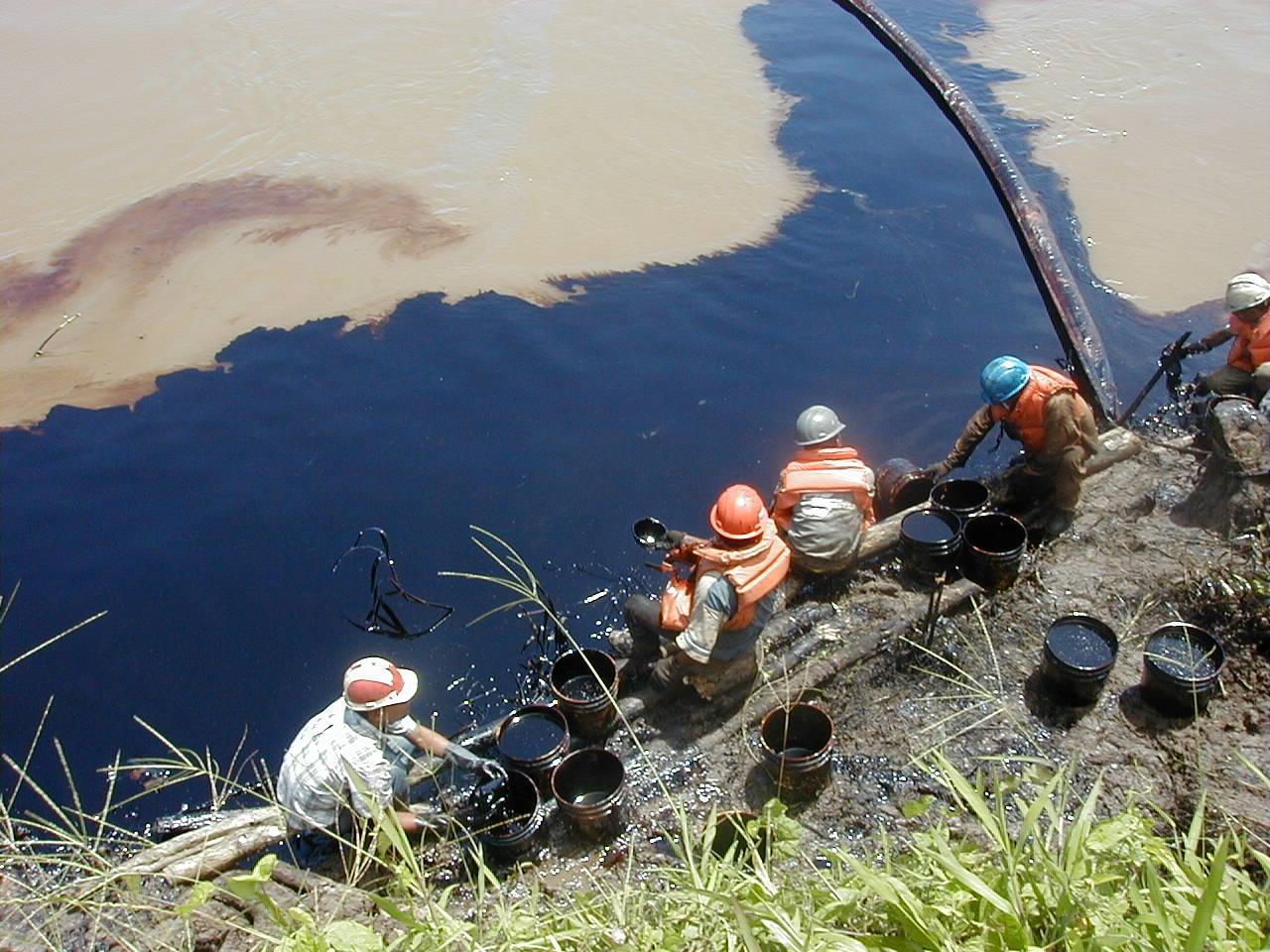 Cuenca el Marañón.Trabajos de remediación por pobladores del derrame de 5000 barriles de petróleo en el 2000, responsabilidad de Pluspetrol.