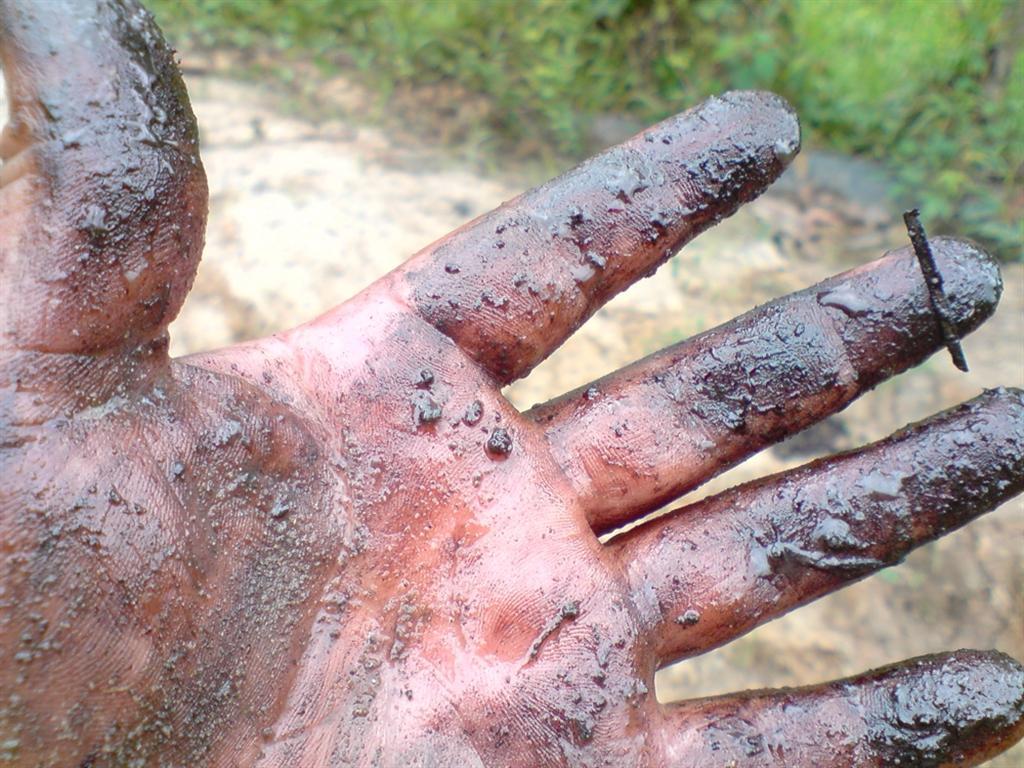 Cuenca del Marañón. Mano con rastros de petróleo. Fotografía tomada durante el tiempo de derrame de 500 barriles de petróleo en junio de 2010