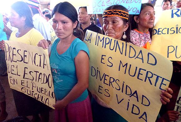 Cuenca del Pastaza. Las comunidades han reclamado al presencia del Estado ante los situación ambiental crítica en sus territorios. Las muejeres han participad de eso reclamos y reclaman respeto a la vida.