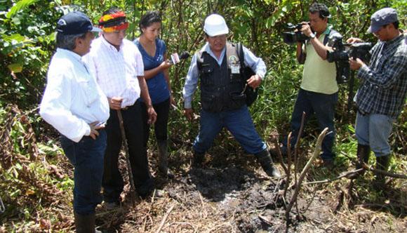 Cuenca del Corrientes. Monitor ambiental de la FECONACO describe el hallazgo ante el Ministro del Ambiente Manuel Pulgar-Vidal, cerca a la planta petrolera Shiviyacu.
