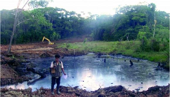 Monitor ambiental registrando pasivo ambiental en la la cuenca. Foto: Feconaco.