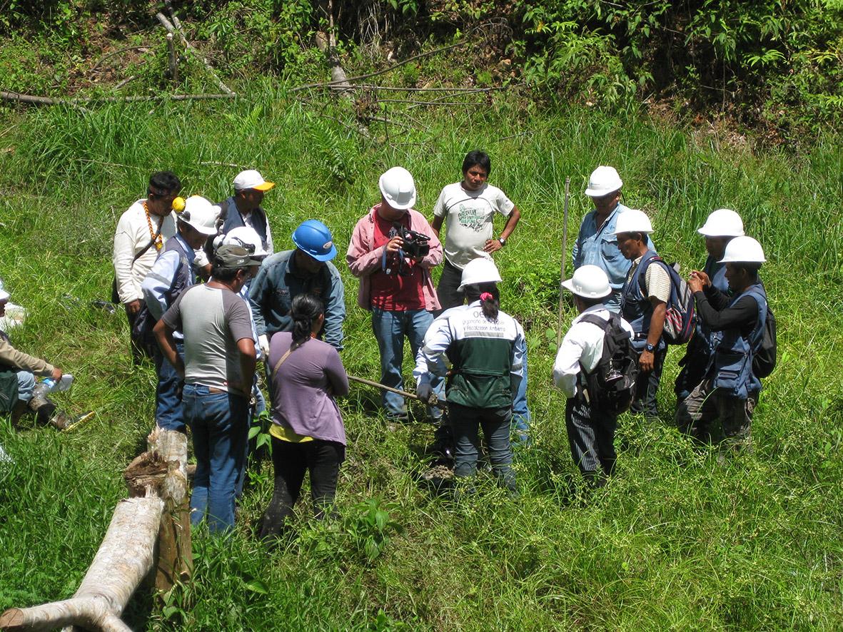 Cuenca del Pastaza. Autoridades ambientales del Estado realizan un muestreo de suelos, aguas y sedimentos en territorio quechua donde opera Pluspetrol desde hace 13 años. Foto de octubre de 2012.