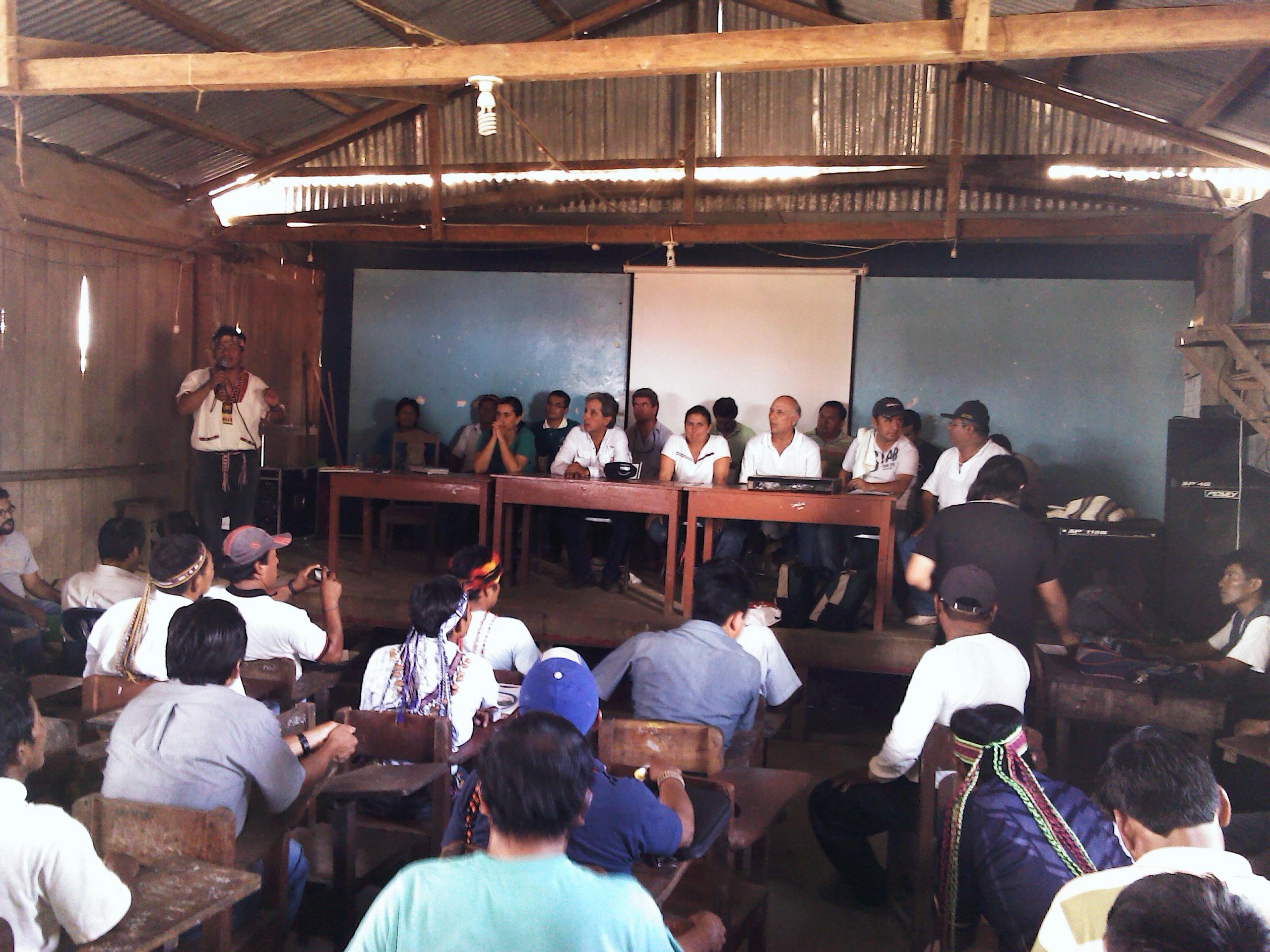 Luego de la determinación de la contaminación ambiental en el Pastaza, el Ministerio del Ambiente declaró en Emergencia Ambiental la cuenca del Pastaza. En la imagen, una asamblea en Andoas: Ministro, congresistas y presidente regional.
