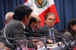 Intervención de presidente de ACODECOSPAT, Alfonso López. Al otro lado de la mesa, atiende Vladimiro Huaroc.