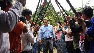 Relator de la ONU durante su visita a territorios indígenas amazónicos en diciembre de 2013.