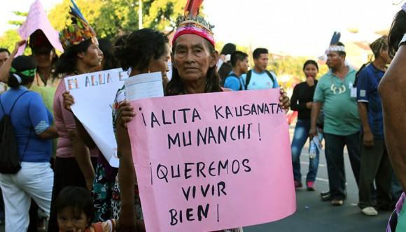 Madre indígena kichwa exige buen vivir.