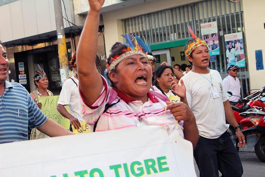 Madre indígena protesta en Iquitos. Desde octubre de 2013 exigían la declaratoria de emergencia ambiental.