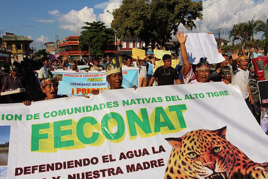 Banderola de FECONAT encabezando la marcha.