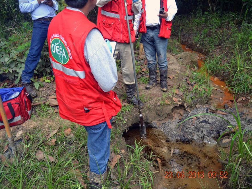 Fotografía de personal de OEFA durante evaluación ambiental en la cuenca.