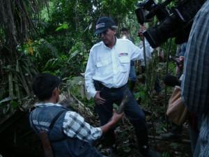 Ministro del ambiente y monitor ambiental quechua del Pastaza, en punto de contaminación.