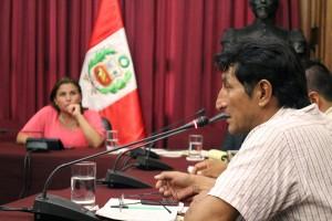 Congresista Pérez Tello escucha al presidente de ACODECOSPAT. Abril, 2014.