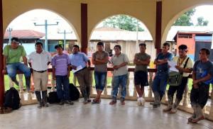 Apus quechuas en Andoas (cuenca del Pastaza) durante reunión con la congresista.