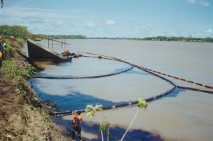Imagen referencial. Derrame de petróleo en San José de Saramuro, año 2000.