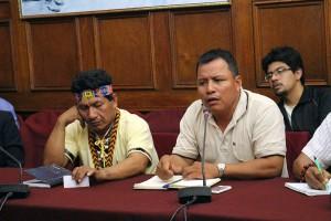 Emerson Sandi, presidente de FECONAT (derecha) y Aurelio Chino, presidente de FEDIQUEP (izquierda).