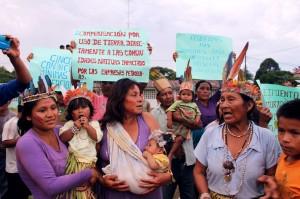 Mujeres kichwas en recepción a congresista. Comunidad 12 de octubre.