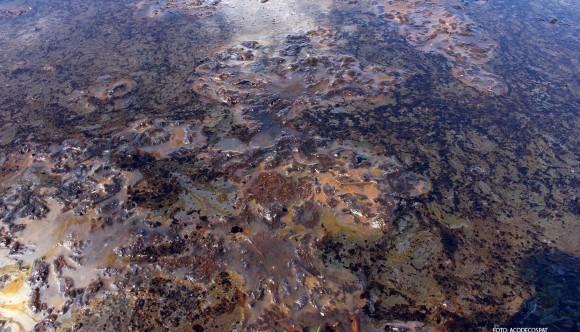 Detalle de laguna de petróleo. Contaminación en el lote 8X, Reserva Nacional Pacaya Samiria.