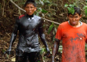 Los pobladores participaron de las actividades de limpieza de crudo.