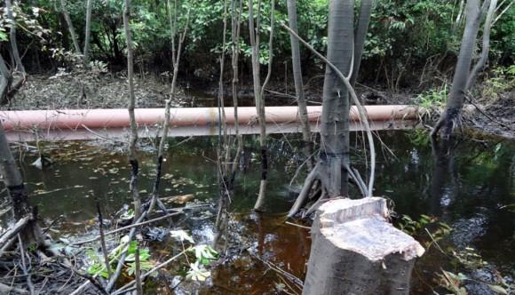 Parte del Oleoducto Norperuano, sobre el agua, sin la instalación de soportes adecuados. ¿Se podrá supervisar un ducto en estas condiciones?
