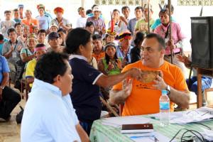 Madre indígena convida masato a funcionario público.