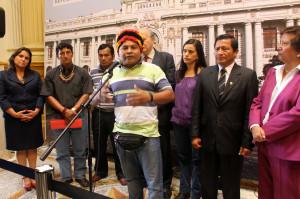 Apu Carlos Sandi, encabezando conferencia de prensa.