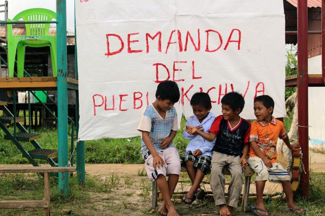 Niños kichwas en los preparativos de la asamblea de su pueblo. Marzo, 2014.
