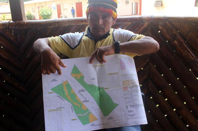 Apu Gerardo Víclhez, señalando la zona de controversia con Pluspetrol.