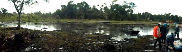 Panorámica de una laguna contaminada con petróleo, durante la constatación fiscal. Diciembre 2012.