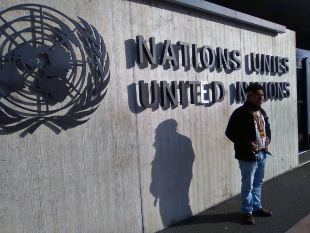 Ginebra. Apu en el frontis de la ONU.