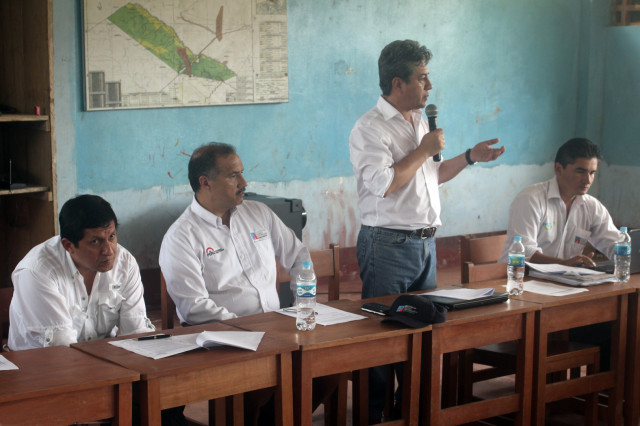 De izquierda a derecha, congresista Víctor Isla, ministro Francisco Dumler y viceministro Minaya.