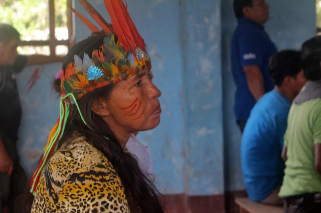 ¿Será cierto eso? HermildaTapuy, madre indígena de OPIKAFPE, escucha a los funcionarios.