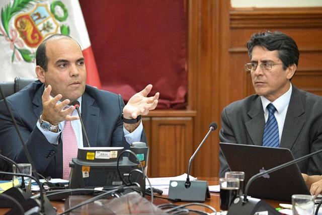 Intervención del Primer Ministro, Fernando Zavala. A la derecha, Rolando Luque, Alto Comisionado de la ONDS.