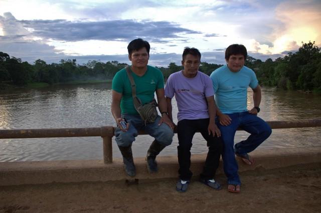Monitores achuares de FECONACOR. Salomón Huamán a la izquierda junto a Saqueo y Roberto Sandi. De fondo del río Tigre, comunidad Doce de Octubre.