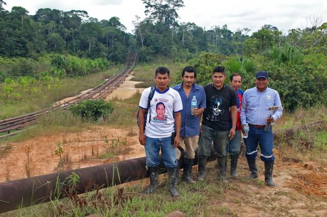 Monitores de federación OPIKAFPE; Dubner Tapuy, Daniel Cuje, John García, Rubén Shihuango yGuillermo Venancio Sandi al final derecha. De fondo, oleoductos de las instalaciones petroleras de yacimiento San Jacinto.
