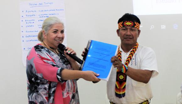 Leonor Suárez, oficial del Programa de Gobernabilidad y Paz del PNUD hace entrega del ETI a las federaciones